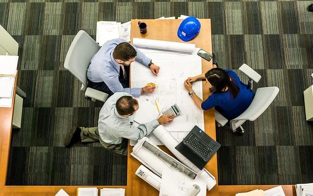 Zebranie przy stole